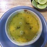Сердечный и вкусный суп чечевицы супа dal в киоске Мумбай, Индии стоковое фото