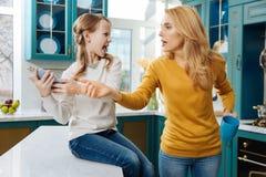 Сердитая девушка крича на ее матери стоковые изображения rf