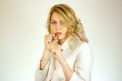 Сердитая девушка на белой предпосылке Стоковые Фото