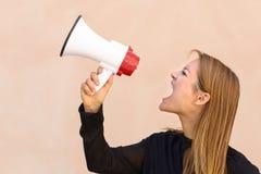 Сердитая женщина выкрикивая в мегафон стоковые фотографии rf