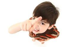 сердитая камера мальчика указывая к стоковое фото rf