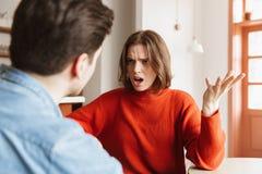 Сердитая молодая женщина имея аргумент с ее парнем стоковое изображение rf