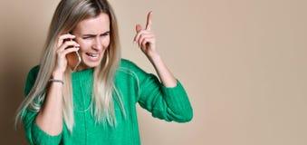 Сердитая молодая женщина споря говорить по телефону стоковые изображения rf