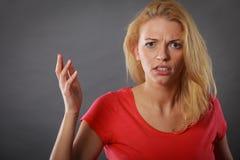 Сердитая, сотрясенная белокурая женщина показывать руки Стоковые Изображения