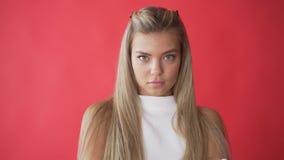 Сердитое выражение стороны женщины Возмущенный Закройте вверх расстроенной модельной стороны Грустное выражение стороны девушки П сток-видео