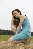 сердитое усаживание haystack девушки стоковое изображение