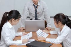 Сердитые азиатские положение и чувство босса раздражали во время встречи в офисе стоковые изображения rf