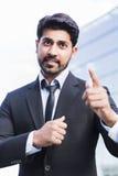 Сердитые бизнесмен или работник стоя в костюме при поднятая рука стоковое изображение rf