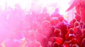 Сердитые вентиляторы используя бомбы дыма, пирофакелы во время футбольной игры, хулиганья на стадионе сток-видео