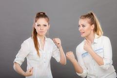 Сердитые девушки неистовства пробивая и воюя Стоковые Изображения