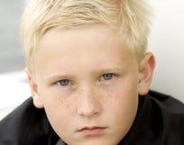 сердитые детеныши мальчика Стоковые Фото