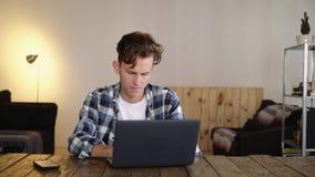 Сердитые и разочарованные типы человека на компьтер-книжке сток-видео