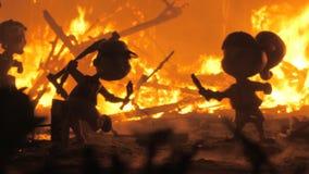 Сердитые куклы горящие сток-видео
