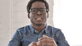 Сердитый африканский человек выкрикивая пока работающ в офисе сток-видео