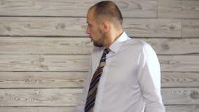 Сердитый бизнесмен клянется акции видеоматериалы