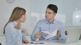 Сердитый бизнесмен обсуждая документы с партнером, потерю дела акции видеоматериалы