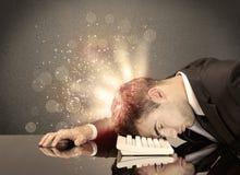 Сердитый бизнесмен с светами и клавиатурой Стоковая Фотография RF