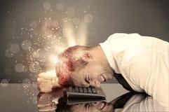 Сердитый бизнесмен с светами и клавиатурой Стоковое Фото