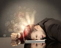 Сердитый бизнесмен с светами и клавиатурой Стоковое Изображение RF