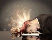 Сердитый бизнесмен с светами и клавиатурой Стоковое Изображение