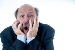 Сердитый более старый босс на работе выкрикивая и споря на офисе стоковые фотографии rf