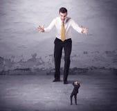 Сердитый большой менеджер смотря человека мелкого бизнеса Стоковые Изображения