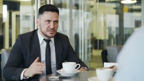 Сердитый бородатый кавказский бизнесмен поражая таблицу с его ручкой и браня его работника для ошибок работы в современном акции видеоматериалы