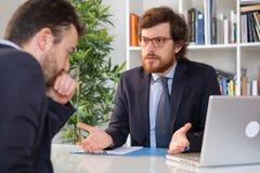 Сердитый босс споря с работником после ошибки Стоковые Изображения RF