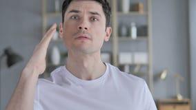 Сердитый выкрикивая молодой человек реагируя к проблеме на работе сток-видео