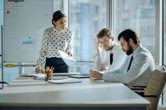 Сердитый женский босс делать ее работники во время встречи стоковые изображения rf