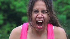 Сердитый женский предназначенный для подростков выкрикивать акции видеоматериалы