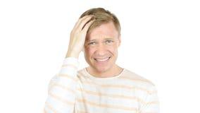 Сердитый зрелый бизнесмен споря при сотрудник, изолированный на белой предпосылке Стоковое фото RF