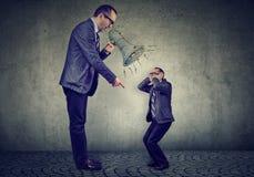 Сердитый зрелый босс себя бизнесмена кричащий на малом в мегафоне Стоковые Фотографии RF