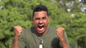 Сердитый испанский мужской ветеран видеоматериал