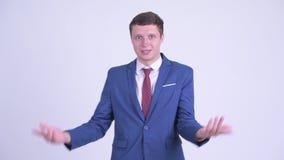 Сердитый молодой бизнесмен жалуясь и показывая средний палец сток-видео