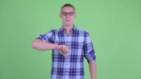 Сердитый молодой человек хипстера давая большие пальцы руки вниз акции видеоматериалы