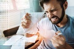 Сердитый напряжённый человек срывая бумагу и сливать стоковое изображение