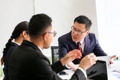 Сердитый неудовлетворенный старший бизнесмен Азия встречая Communicatio стоковые фото