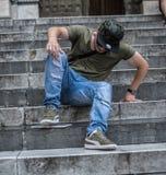 Сердитый парень stomping на его таблетке стоковое фото rf