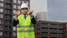 Сердитый построитель не удовлетворяемый крайнего срока работы клянется стрессу видеоматериал