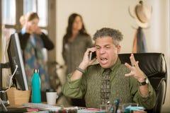 Сердитый профессиональный человек на телефонном звонке стоковые фотографии rf