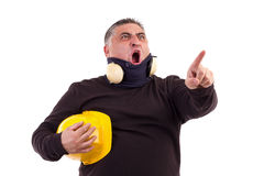 Сердитый работник указывая на что-то и кричащий Стоковые Изображения