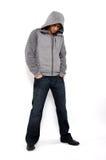 сердитый с капюшоном носить свитера человека Стоковые Изображения