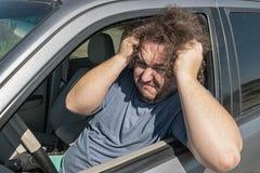 Сердитый тучный человек в автомобиле Дорога и стресс стоковое фото rf