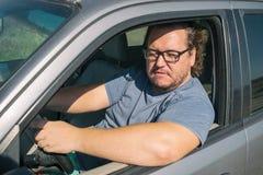 Сердитый тучный человек в автомобиле Дорога и стресс стоковая фотография rf