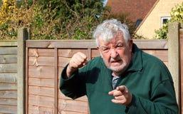 Сердитый указывать кулака старшего человека поднятый стоковое фото