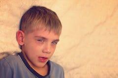 Сердитый, унылый и несчастный ребенок младенца кричать и плакать проблема стоковое фото