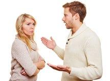 Сердитый человек argueing с женщиной стоковые изображения