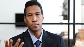 Сердитый черный бизнесмен, выкрикивая и споря Стоковое Изображение RF