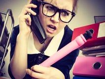Сердитый bossy говорить телефона коммерсантки Стоковые Фотографии RF